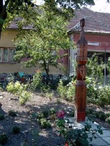 Kopjafa a Művelődési Ház előtt